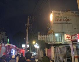 Cảnh sát phun nước dập lửa căn nhà cháy, điện nổ như pháo hoa