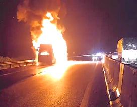 Xe khách Phương Trang bốc cháy ngùn ngụt trên cao tốc