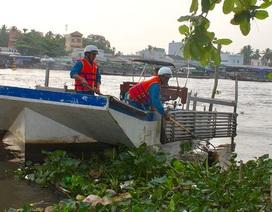 """Cần Thơ: Nhọc nhằn nghề """"làm sạch"""" chợ trên sông"""