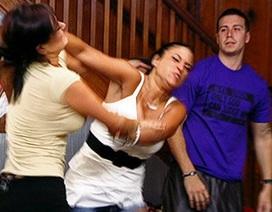 Can ngăn hai người vợ đánh nhau, chồng bị đâm chết
