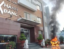 Ô tô phát nổ, bốc cháy trước khách sạn