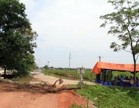 Hà Nội: Người dân dựng lều, đổ đá ra đường chặn xe ô tô chở rác