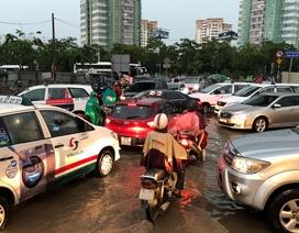 """Xe hơi xếp hàng dài vào """"khu nhà giàu"""" vì mưa ngập, kẹt xe"""