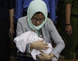 Nữ bị cáo ôm theo con nhỏ đến phiên tòa xét xử Hứa Thị Phấn