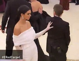 Kendall Jenner bị chê trách khi đẩy trợ lý ra khỏi khuôn hình