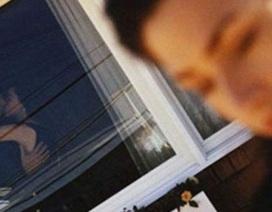 Chết lặng nhìn chồng ôm eo gái trẻ đi vào trong nhà nghỉ