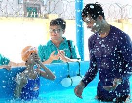 Dạy bơi an toàn cho học sinh khiếm thính