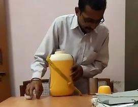 Bắt quả tang người đàn ông nhổ nước bọt vào đồ uống của sếp