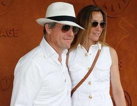 Hugh Grant nắm tay vợ trẻ đi xem tennis