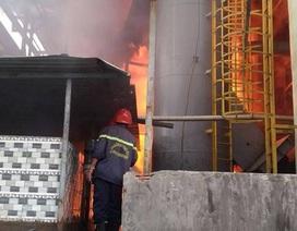 Cột khói hàng chục mét bốc lên sau tiếng nổ lớn tại xưởng dệt nhuộm