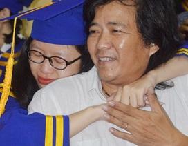 Lần đầu trong đời ôm lấy cha mẹ mà khóc...