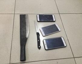 Tên cướp thủ 2 con dao nhằm chống trả khi bị vây bắt