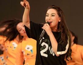 """Phi Nhung """"quậy tung"""" sân khấu cùng các ca sĩ trẻ"""