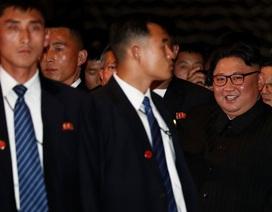Hàng rào vệ sĩ vây quanh ông Kim Jong-un khi dạo phố Singapore