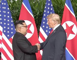 Khoảnh khắc bắt tay lịch sử giữa ông Trump và ông Kim Jong-un