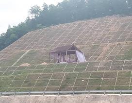 """Kỳ lạ ngôi nhà """"mọc"""" trên mái kè siêu dự án thủy lợi Ngàn Trươi"""