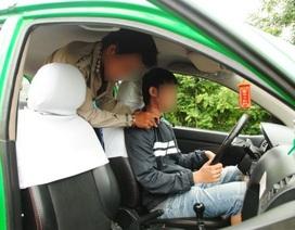 """Hai nam sinh 17 tuổi tấn công tài xế để """"bùng"""" tiền cước taxi"""