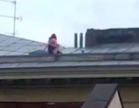 """Cặp đôi """"yêu cuồng nhiệt"""" trên mái nhà 4 tầng lọt ống kính camera"""
