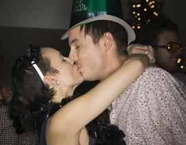 Vợ chết đứng khi thấy chồng say hôn bạn mình trong bữa tiệc