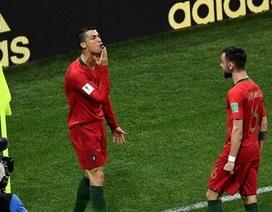 """Tỏa sáng rực rỡ, C.Ronaldo ăn mừng """"đá xoáy"""" Messi"""