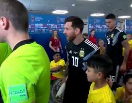"""""""Cậu bé hộ tống"""" không rời mắt khi nhìn thấy Messi"""