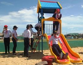 Nhiều trẻ em xã bán đảo phấn khích lần đầu tiên… chơi trò bập bênh, xích đu