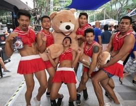 Đỏ mặt với dàn trai đẹp 6 múi mặc đồ nữ sexy tại nhà hàng Thái Lan