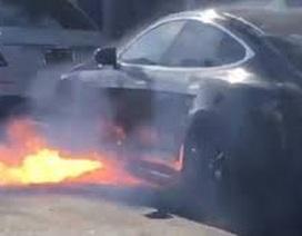 Tesla Model S bốc cháy khi đang chạy trên phố