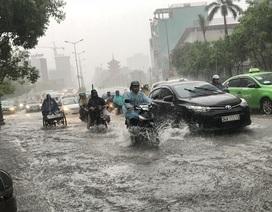 Cửa ngõ sân bay Tân Sơn Nhất rối loạn do ngập nước kết hợp với kẹt xe