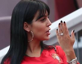 Bạn gái Ronaldo lộ nhẫn kim cương khủng khi đi xem bóng đá