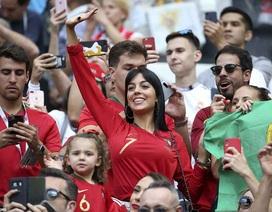 Khoe nhẫn đính hôn, bạn gái C.Ronaldo sáng rực góc khán đài