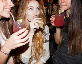 Thỉnh thoảng nhậu nhẹt tốt hơn kiêng rượu hoàn toàn?