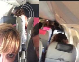 """""""Cặp đôi ngang nhiên 'mây mưa' ngay trên máy bay"""" khiến dân mạng phẫn nộ"""