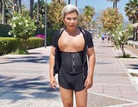 """""""Búp bê Ken"""" Rodrigo Alves đeo đai lưng đi tập thể dục"""