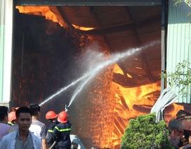 Hàng chục lính cứu hỏa nỗ lực cứu kho gỗ đang cháy dữ dội