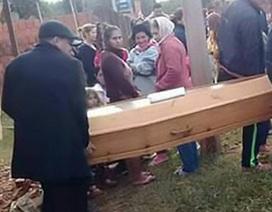 Trở về nhà đúng lúc được gia đình tổ chức tang lễ