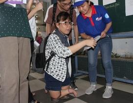 Khâm phục nghị lực của nữ sinh teo chân dự thi THPT quốc gia