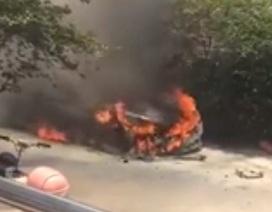 Cháy xe BMW 5-Series sau lễ thắp hương mừng xe mới