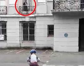 """""""Bóng ma"""" tựa cửa sổ nhìn cậu bé con đi xe đạp gây sốt mạng"""