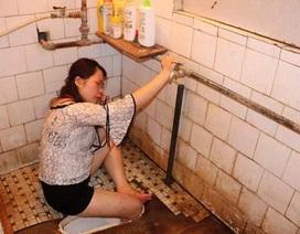 Hy hữu: Cô gái say xỉn kẹt chân trong hố xí
