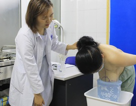 Người phụ nữ khó thở, biến dạng cột sống vì mang bộ ngực khủng gấp 5 lần bình thường