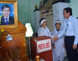 Thứ trưởng Bộ Giáo dục viếng thầy giáo coi thi đột tử tại Cà Mau