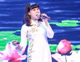 NSƯT Hồng Liên không ít lần nghẹn ngào khi hát về đời và nghề