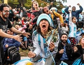 Argentina giành vé đi tiếp, cổ động viên nhảy múa tưng bừng