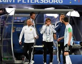 """Messi """"chỉ đạo"""" HLV Sampaoli  tung Aguero vào sân"""