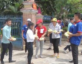Tình nguyện viên tiếp sức cho thí sinh vùng cao đi thi