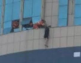 Phẫn nộ đám đông ở Trung Quốc thản nhiên cổ vũ cô gái nhảy lầu tự tử