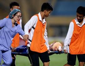 Cầu thủ Quảng Nam bất tỉnh trên sân, nhập viện cấp cứu
