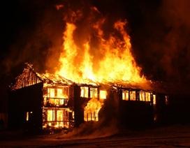 Đôi vợ chồng thoi thóp trong phòng ngủ cháy, sặc mùi xăng