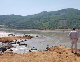 """Bãi thải 1 triệu khối bùn biển """"treo lơ lửng"""" bên cảng du lịch Chân Mây"""